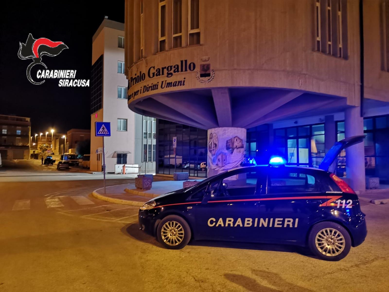 PRIOLO GARGALLO (SR): DANNEGGIA E RUBA I SOLDI DEL DISTRIBUTORE AUTOMATICO DEL COMUNE: INDIVIDUATO E DENUNCIATO DAI CARABINIERI.