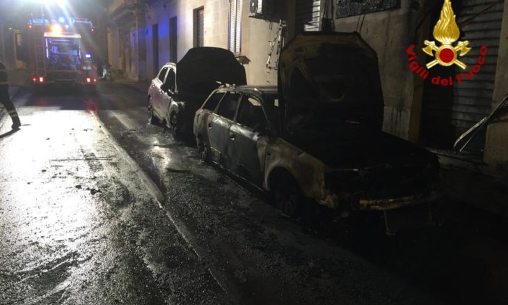 AVOLA. IN FIAMME DUE AUTO IN VIA MAZZINI: IGNOTE LE CAUSE