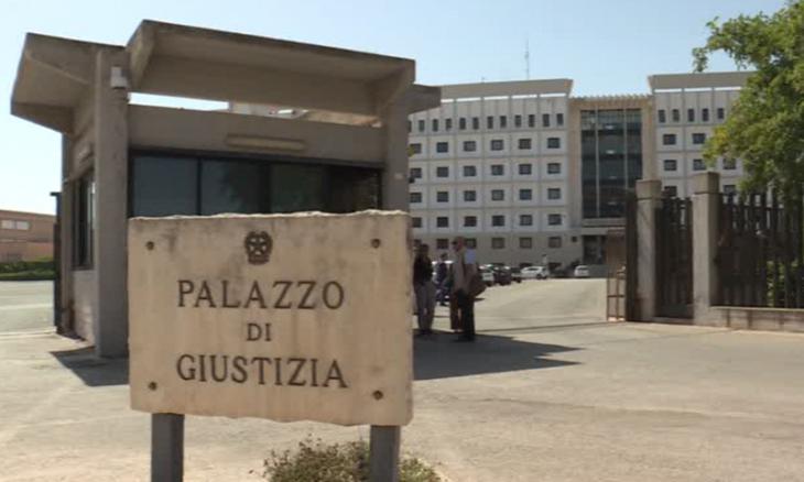 SIRACUSA. DENUNCIATO DALLA POLIZIA DI STATO UN UOMO TROVATO CON DUE COLTELLI DAVANTI AL TRIBUNALE